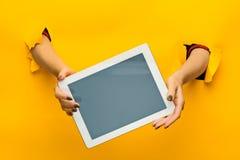Manos adolescentes femeninas usando la PC de la tableta con la pantalla negra, aislada Fotos de archivo