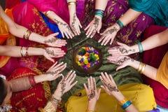 Manos adornadas alheña dispuestas en un círculo Foto de archivo