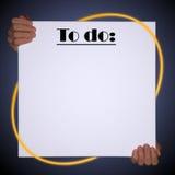 Manos aisladas que llevan a cabo una lona vacía con las líneas y el copyspace de neón amarillos - para hacer la lista Imagenes de archivo