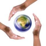 Manos alrededor del globo de giro de la tierra Imágenes de archivo libres de regalías