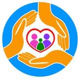 Manos alrededor del logotipo de la familia Foto de archivo libre de regalías