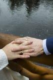 Manos apenas de pares casados Foto de archivo