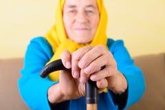 Manos arrugadas de la mujer mayor Foto de archivo