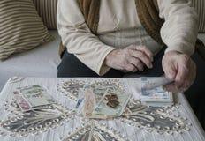 Manos arrugadas que cuentan billetes de banco de la lira turca Foto de archivo libre de regalías