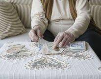 Manos arrugadas que cuentan billetes de banco de la lira turca Fotos de archivo libres de regalías