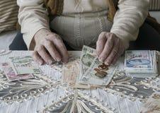Manos arrugadas que cuentan billetes de banco de la lira turca Fotografía de archivo libre de regalías