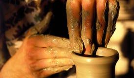Manos artísticas de la cerámica Imágenes de archivo libres de regalías