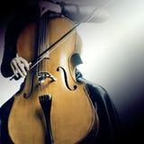 Manos ascendentes cercanas del violoncelo Fotografía de archivo