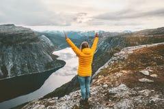 Manos aumentadas mujer feliz en cumbre de la montaña imagen de archivo