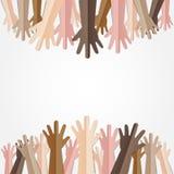Manos aumentadas para arriba así como diverso tono de piel de mucha gente stock de ilustración