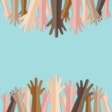 Manos aumentadas para arriba así como diverso tono de piel de mucha gente ilustración del vector