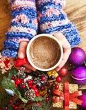Manos calientes que sostienen la taza del chocolate Foto de archivo libre de regalías