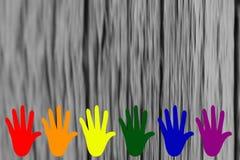 Manos coloreadas con colores de LGBT en un fondo gris de la falta de definición ilustración del vector