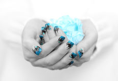 Manos con arte azul del clavo Imágenes de archivo libres de regalías