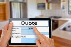 Manos con cita de la renovación de la cocina de la tableta imagen de archivo