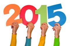 Manos con el año 2015 de las demostraciones de los números del color Imagen de archivo