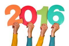 Manos con el año 2016 de las demostraciones de los números del color Imagen de archivo