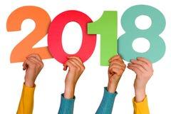 Manos con el año 2018 de las demostraciones de los números del color Fotos de archivo
