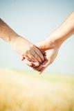 Manos con el anillo de bodas Imagenes de archivo