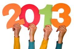 Manos con el año 2013 de las demostraciones de los números Imagenes de archivo