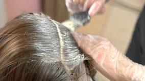 Manos con el cepillo, muerte del pelo almacen de video
