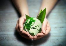 Manos con el globo verde del mundo del eco - Europa foto de archivo