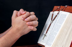 Manos con el rosario y la biblia Fotografía de archivo