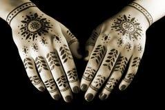 Manos con el tatuaje oriental Foto de archivo libre de regalías