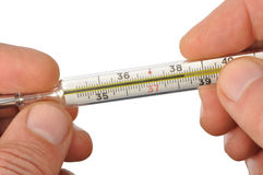 Manos con el termómetro foto de archivo libre de regalías