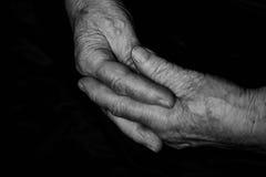 Manos con el viejo hombre de las arrugas Foto de archivo libre de regalías