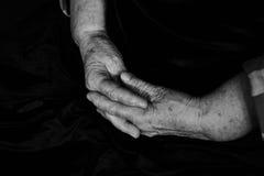 Manos con el viejo hombre de las arrugas Fotografía de archivo