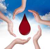 Manos con gota de sangre. Foto de archivo libre de regalías