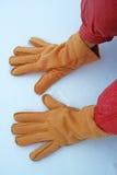 Manos con guantes en la nieve foto de archivo libre de regalías