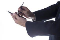 Manos con la aguja que toca la pantalla del smartphone Imágenes de archivo libres de regalías