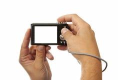 Manos con la cámara digital de la foto Fotos de archivo libres de regalías