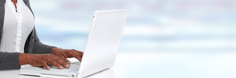 Manos con la computadora portátil Fotografía de archivo libre de regalías