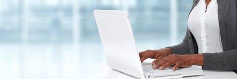 Manos con la computadora portátil Imagen de archivo libre de regalías