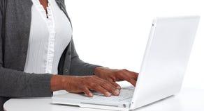 Manos con la computadora portátil Imagen de archivo