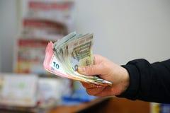 Manos con la pila de billetes de banco euro Fotografía de archivo libre de regalías