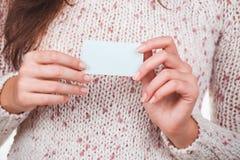 Manos con la tarjeta de visita Imagen de archivo
