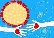Manos con la tarjeta del día de tarjetas del día de San Valentín de los corazones Imagen de archivo libre de regalías