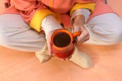 Manos con la taza del invierno Fotografía de archivo