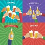 Manos con las botellas y las tazas de cerveza Fotografía de archivo