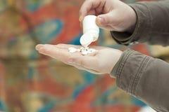 Manos con las drogas Fotos de archivo libres de regalías