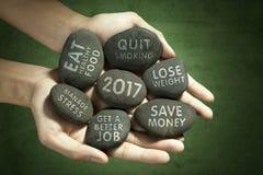 Manos con las piedras y las resoluciones Fotografía de archivo libre de regalías