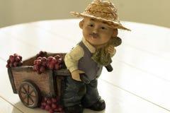 Manos con las uvas del cristiano de una cosecha de la pulsera Imagen de archivo
