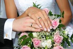 Manos con los anillos de bodas Imagen de archivo libre de regalías