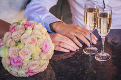 Manos con los anillos de bodas foto de archivo