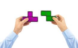 Manos con los bloques del juguete de los tetris Fotos de archivo libres de regalías