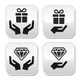 Manos con los botones del presente y del diamante fijados Fotografía de archivo libre de regalías